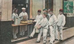 MILITARIA INFANTERIE DISTRIBUTION DE LA SOUPE - Guerre 1914-18
