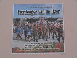VIERDAAGSE Van De IJZER > 31ste Int. Voettocht > Anno 2003 ( +/- 9 X 9 Cm. ) Zelfklever Sticker Autocollant ! - Autocollants
