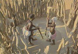 1 AK Angola * Frauen Bei Der Vorbereitung Einer Mahlzeit * - Angola