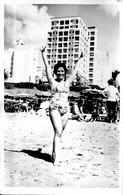 PIN UP WOMEN FEMMES - Gal Woman Femme S Nude Nu In Bathingsuit By Beach Plage - Vtg. Carte Photo 1958 - Pin-Ups