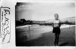 PIN UP WOMEN FEMMES - Gal With Beret S Nude Nu In Bathingsuit By Beach Plage - Vtg. Carte Photo 1934 - Pin-Ups