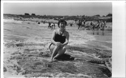 PIN UP WOMEN FEMMES - Gal Woman Femme S Nude Nu In Swimsuit By Beach Plage - Vtg. Carte Photo 1956 - Pin-Ups