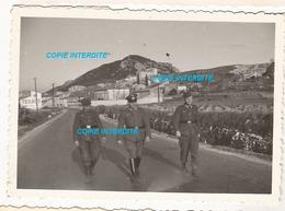 WW2 PHOTO ORIGINALE Soldat Allemand Entre NÎMES & AVIGNON Ou Environs 31 GARD 84 VAUCLUSE 1943 Publicité Texaco N°2 - 1939-45