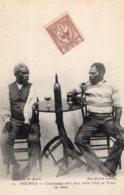 S1175 Cpa  Nouvelle Calédonie - Nouméa - Conciliabule Entre Deux Petits Chefs De Tribus Du Nord - Nouvelle Calédonie