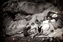 Photo Originale Plage, Pique Nique Et Farniente Sur La Plage D'Ensuès-la-Redonne (13820) Pour Une Famille En 1936 - Personnes Anonymes