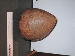 ARTISANAT BERBERE - TOUAREG - RECIPIENT EN PEAU DE CHAMEAU OU DROMADAIRE DECOR AU HENNE - Autres Collections