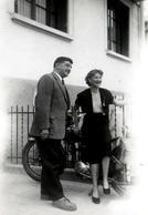 Photo Originale Couple à La Moto Sur Montpellier Un 1er Mai 1954 - René Cadenel, & Jackie Bouvier - Personnes Identifiées
