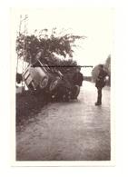 PHOTO CIRCA 1930/1940 - AUTOMOBILE - ACCIDENT DE VOITURE - GENDARMES VOITURE SUR LE TOIT - TONNEAU - 4cm X 6.5cm - CAR - Cars