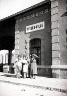 Photo Originale La Famille Lafon Posant Devant La Gare De Hyères-Ville En 1936 - Lieux