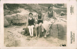 PIN UP WOMEN FEMMES - Vintage Carte Photo 1928 Flapper Women In Swimsuit Next To Man Heartthrob Beach - Gay Int. - Pin-Ups