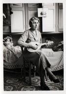Photo Originale Mme Adrien Couturière à La Mandoline Avec Son Poste T.S.F., Poupée & Coussin Pierrot Vers 1930 - Personnes Identifiées
