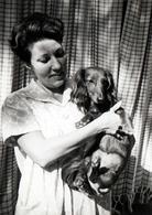 Photo Originale La Femme Au Chien Teckel Vers 1960 - Personnes Anonymes