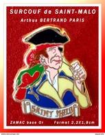 SUPER PIN'S Arthus BERTRAND - SURCOUF : Personnage Célèbre De La Ville De SAINT-MALO, SURCOUF En ZAMAC Base Or  2,2X1,8 - Arthus Bertrand