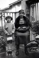 Photo Originale Portrait De La Famille Lafon En 1936 - Grand-Mère & Petite Fille Au Jardin Tenant Fort Leur Sac à Main - Personnes Identifiées