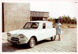 Photo Couleur B.B. Originale Portrait De Femme Posant Aux Côtés De Sa Citroën Ami 6, Immatriculée 9129 BR 13, En 1962 - Automobiles
