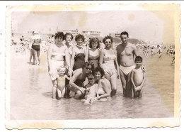 Photo Originale , Femmes , Garçon Et Enfants En Maillot De Bain , Dim. 9.0 X 6.0 Cm - Personas Anónimos