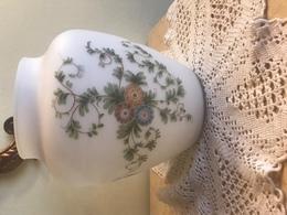 Vaso In Vetro Bianco Opaco Anni 50 Con Decorazioni Floreali Probabilmente Dipinte A Mano - Vetro & Cristallo