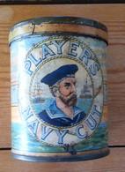 Ancienne Boite De 50 Cigarettes John Player Navy Cut, Années 40, Avec Petit Crochet Dans Couvercle Pour Couper Film Alu - Tabac (objets Liés)