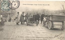 *CIRCUIT D'AUVERGNE. COUPE GORDON BENNETT 1905. M.DESSON CAPITAINE DE ROUTE RENCONTRANT LE COUREUR HEMERY. PONT D'ENVAL - Bus & Autocars