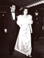 Actrice Susan Kohner Devant Un Restaurant Ancienne Photo Universal 1959 - Berühmtheiten