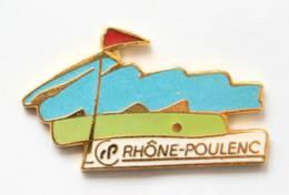 Pin's RHÔNE POULENC - Terrain De Golf - Balle Et Drapeau - Démons & Merveilles - I039 - Golf