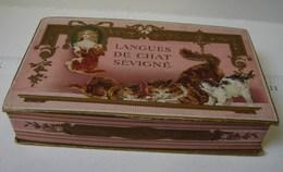 Boîte. 26. Magnifique Boîte De Langues De Chat Sévigné. A Paris Chez A. ROUZAUD à La Marquise De Sévigné. Décoré De Chat - Boîtes