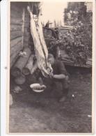 Foto Deutscher Soldat Beim Zerlegen Eines Tieres - Fleischer - Getarntes Kfz - Penjkowo Russland 1941- 8,5*5cm (40044) - Krieg, Militär