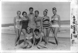 PIN UP FASHION WOMEN FEMMES MEN Vtg Carte Photo 1960' SEXY Teen Girls Women Femmes & Man S Nude Nu In Swimsuit By Beach - Pin-Ups