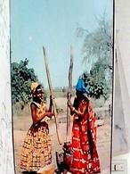 UGANDA GULO AFRIQUE EN COULEURS  WOMEN GRINDING  DONNE  MACINANO GRANO  V1968  HB8478 - Uganda