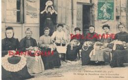 42 // USSON EN FOREZ    Un Groupe De Dentellières Dans La Grand Rue - Autres Communes