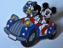 Rare Pin's Géant Disney Mickey Et Donald Dans Voiture Au Couleurs De L'Amérique 4 X 3.5 Cm - Disney