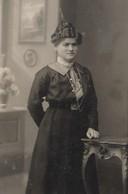 CPA Carte Photo  Une FEMME LADY FRAU Avec Une Coiffure D'HIER - Chignon Haut Et Cranté - Bijoux Anciens - Cartes Postales