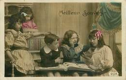 Enfants Regardant Un Album De Cartes Postales Carte Postale - Enfants