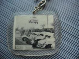 PORTE CLEFS  Vers 1965 - CRASH CARS Jean Sunny CASCADEUR Champion Du Monde De Voltige Mort En 2007 à 77 Ans - Sleutelhangers