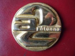 Ancienne Médaille De Table Métal Doré Ou Plaqué Or ANTENNE 2 - Firma's