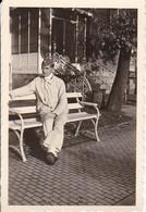 Foto Deutscher Soldat Auf Parkbank - 2. WK -  8,5*5,5cm (40067) - Krieg, Militär