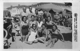 PIN UP FASHION WOMEN FEMMES MEN FAMILY Vtg Carte Photo 1953 Women Femmes & Men S Nude Nu In Swimsuit By The Beach Plage - Pin-ups