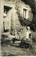 11935    Théme -  LA VIE  AUX  CHAMPS  -  LA SOUPE SUR LE PAS  DE LA PORTE  Circulée En 1905 - Fermes