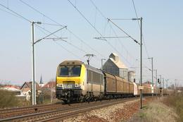 Mommenheim (67 - France) 28 Mars 2004 - La HLE13 N°1351 (SNCB) En Tête Du Train De Fret 41040 Se  Dirige Vers Metz - Trains