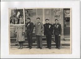 ST ARMEL (35) -  CONSCRITS Qui Posent Devant Un Café (drapeau De La Commune)- Photo Amateur Originale Format 23x17 - Personnes Identifiées