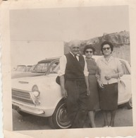 Ford : Type Consul Cortina : Famille En Pose Avec Voiture ( Format 9cm X 9cm ) - Auto's