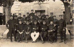 CPA 2520 - MILITARIA - Carte Photo Militaire - Un Groupe De Soldats N° 18 Sur Les Cols & Képis - Photo LUX à AGEN - Personnages