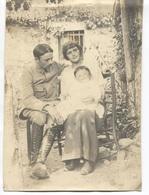 COUPLE - MILITAIRE Qui Pose Avec Sa Femme Et Son Enfant (Non Localisée) - Photo Amateur Format 24x17 - Personnes Anonymes