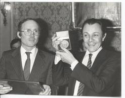 RENNES - Hôtel De Ville - Mr Michel ROCARD Reçoit La Médaille De La Ville Par Mr Edmond HERVE - Photo Amateur 18X14 - Identified Persons