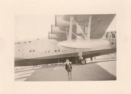 Avion à Définir : Enfant En Pose Sous Un Avion - ( Format 10,5cm X 7,7cm ) - Aviation