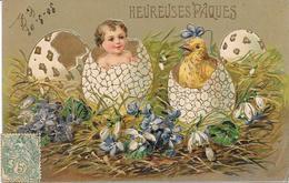 Cpa Gaufrée, Relief, Dorures  - Bébé Et Poussin Dans Gros Oeufs De Pâques - Fantaisies