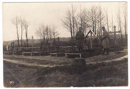 AK Betende Soldaten Am Grab Eines Gefallenen, Feldpost, Gel. 1917 - Cimetières Militaires