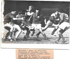 RUGBY - à TOULOUSE - 2E DIVISION FRANCAISE Contre ARMEE SOVIETIQUE 1974 - Capitaine BIEMOURET/REGIS  Photo Presse A.F.P. - Rugby