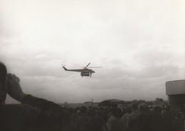 Rare Photo Véritable Salon Du Bourget Années 60 Hélicoptère Russe Transport Bus Taille 12.7 X 9 Cm - Aviation