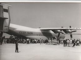 Rare Photo Véritable Salon Du Bourget Années 60 Avion Russe Transport Taille 12.7 X 9 Cm - Aviation